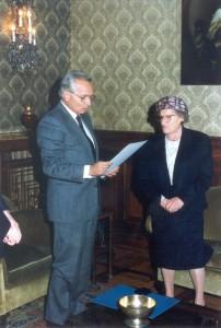 1992, consegna medaglia moro valor civile con il prefetto