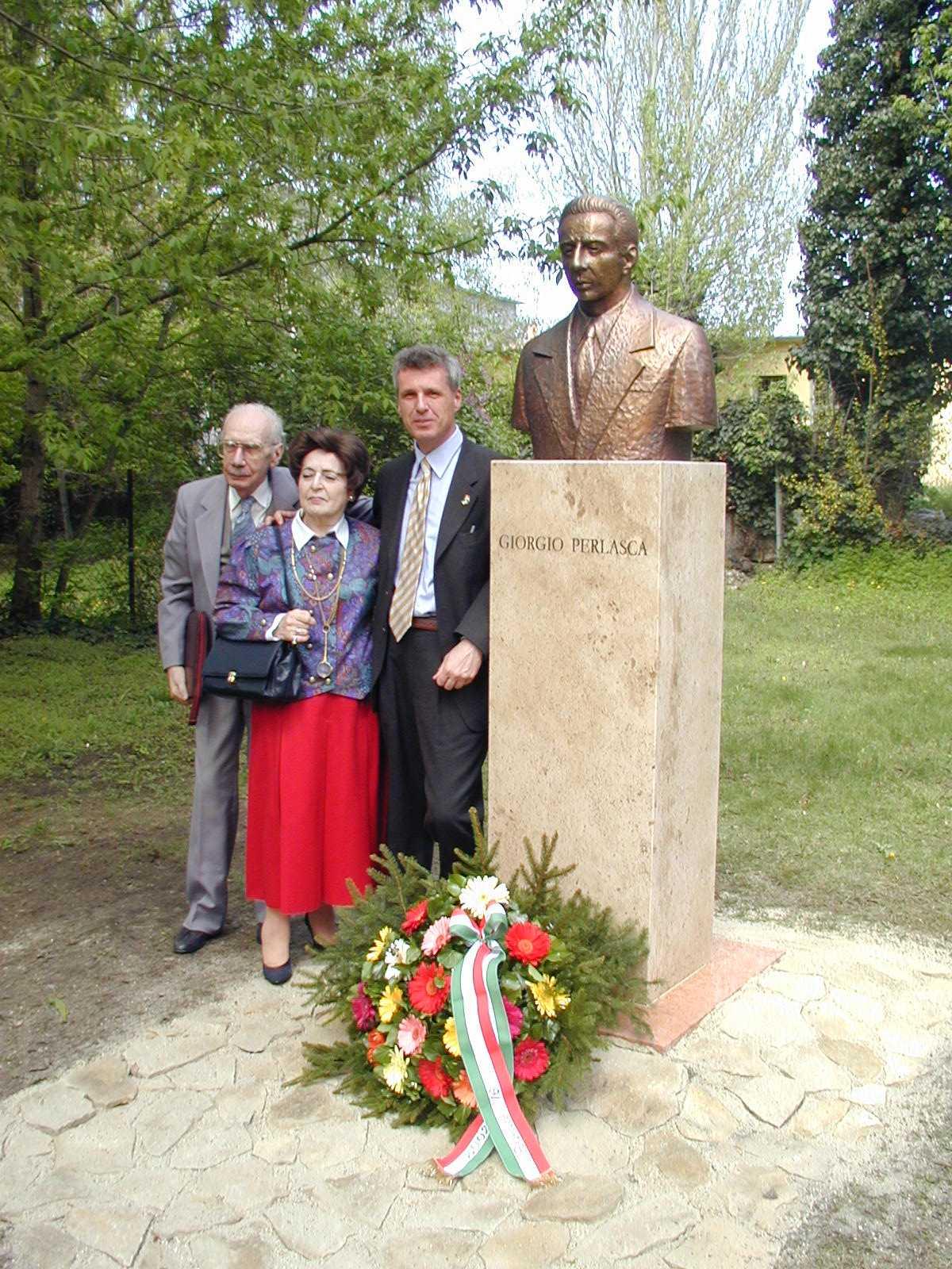 Eva e Pal Lang, due dei salvati, con Franco Perlasca